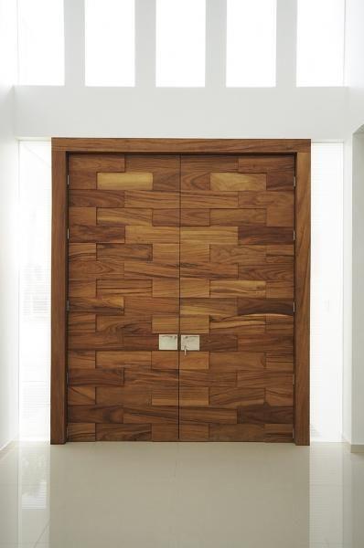 Puerta principal en madera de parota dise o de agarde for Disenos de puertas de madera para exterior