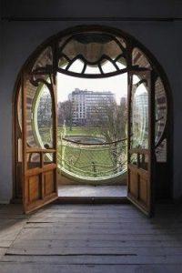 Puerta hacia la ventana
